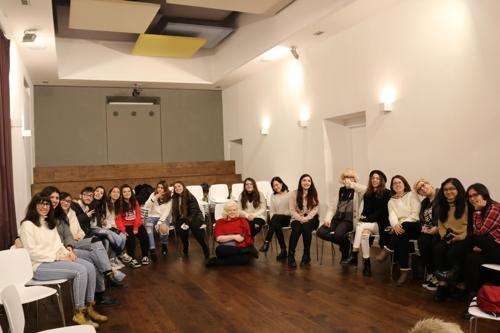 12月27日,在驻意大利韩国文化院,韩流粉丝聚集悼念钟铉。(韩联社)