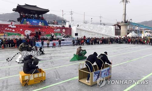 资料图片:华川山鳟鱼庆典爬犁创作大赛。(韩联社)