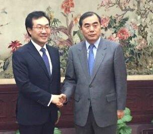 资料图片:2017年10月31日,在北京,李度勋(左)和孔铉佑在会谈前握手合影。(韩联社/韩国外交部提供)