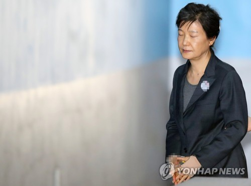 资料图片:10月10日上午,在首尔中央地方法院,韩国前总统朴槿惠走向法庭。(韩联社)