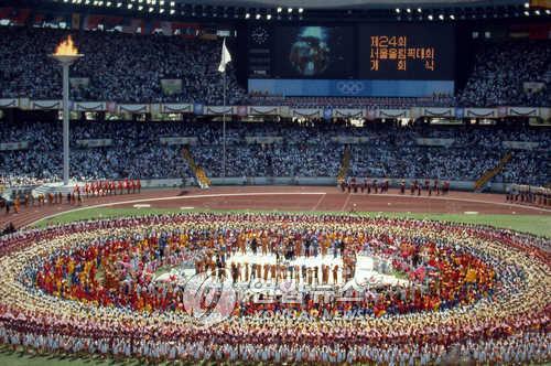 资料图片:1988汉城奥运会开幕式现场照(韩联社)