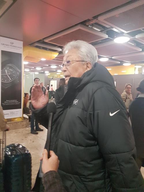 当地时间1月8日下午,朝鲜籍国际奥委会委员张雄抵达日内瓦机场。(韩联社)
