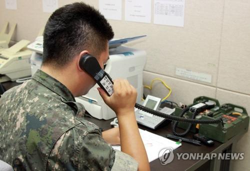 资料图片:韩方拨打韩朝西海地区军事热线。(韩联社)