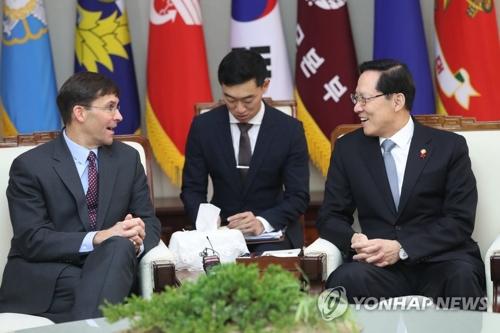 1月10日,在首尔国防部大楼,韩国防长宋永武(右)与美国陆军部长马克?埃斯佩尔(左)交谈。(韩联社)