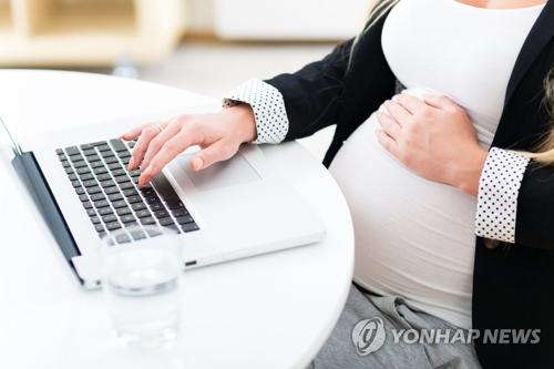 资料图片:职场孕妇(韩联社/盖蒂图片社提供)