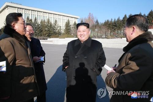据朝中社1月12日报道,朝鲜劳动党委员长金正恩视察国家科学院。图片仅限韩国国内使用,严禁转载复制。(韩联社/朝中社)