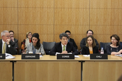 资料图片:韩国常驻OECD大使尹琮源(中) (韩联社/韩国常驻OECD代表部提供)