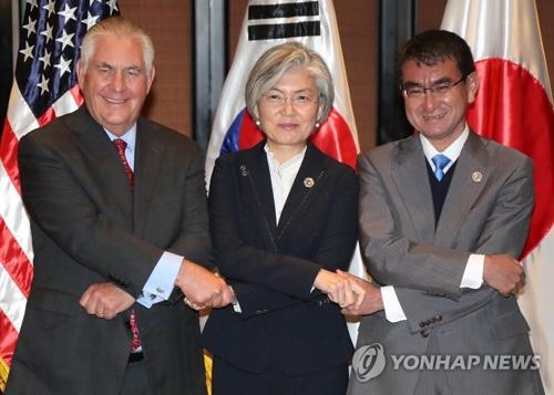 资料图片:左起依次为美国国务卿蒂勒森、韩国外交部长官康京、日本外务大臣河野太郎(韩联社)