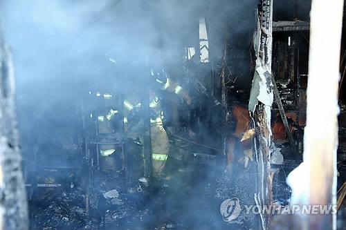 资料图片:1月26日上午,在密阳市世宗医院,消防队员正在调查火灾原因。(韩联社/庆尚南道政府提供)