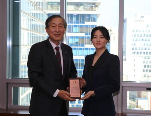 延世大学医院院长尹道钦(左)和演员李英爱(韩联社/延世大学医院提供)
