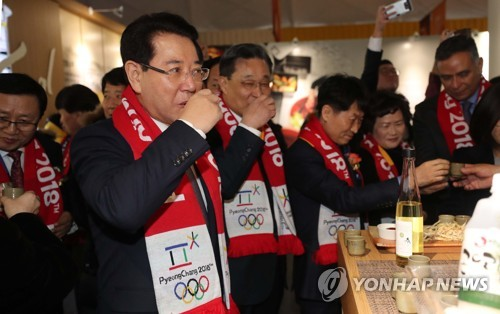 2月5日,在庆典公园,农林畜产食品部长官金瑛录品尝传统酒。(韩联社)