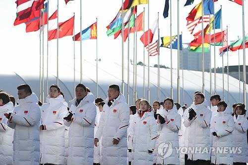 2月7日,在平昌冬奥会江陵运动员村,中国体育代表团举行入村仪式。(韩联社)