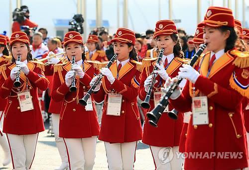 朝鲜乐团在入村仪式上进行演奏。(韩联社)