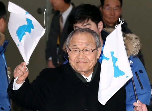 2月8日,在金浦机场,由旅日朝鲜人总联合会会员组成的拉拉队成员抵韩,准备为平昌冬奥会的韩朝联队加油助威。(韩联社)