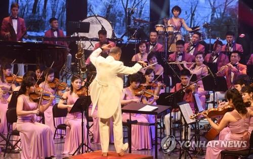 2月8日下午,在江原道江陵艺术中心师任堂大厅,朝鲜三池渊管弦乐团举行祝愿平昌冬奥会和冬残奥会取得圆满成功的演出。当天演出曲目包括《男人是船女人是港口》《离别》《你不会知道》《爱情迷宫》《大家一起恰恰恰》和徐仁锡的《独自阿里郎》、歌剧《幽灵》等西方交响曲。(韩联社/联合采访团提供)