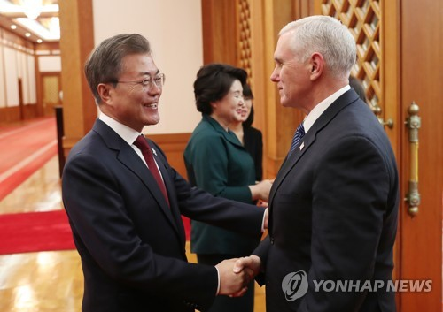 2月8日,在青瓦台,韩国总统文在寅(左)会见美国冬奥代表团团长、副总统迈克·彭斯。(韩联社)
