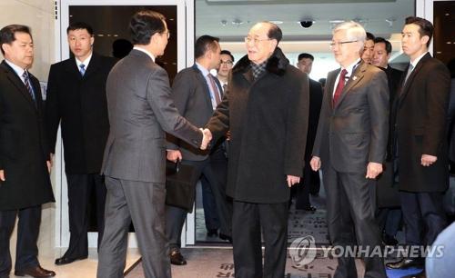 2月9日,朝鲜高级别代表团乘专机抵韩。统一部长官赵明均(左三)到场接机,与金永南握手。(韩联社)