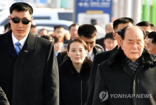 2月9日,朝鲜最高人民会议常委会委员长金永南(右)和金正恩胞妹金与正(中)等高级别代表团搭乘专机抵韩。(韩联社)