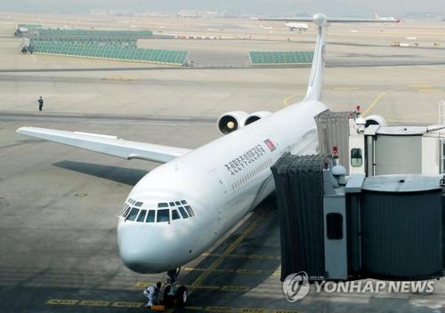 2月9日,朝鲜冬奥高官团搭乘的专机抵达仁川机场。(韩联社)