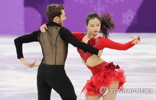 2月11日上午,在韩国江原道江陵冰上运动场,闵有拉(右)和亚历山大・干默林在比赛中。(韩联社)