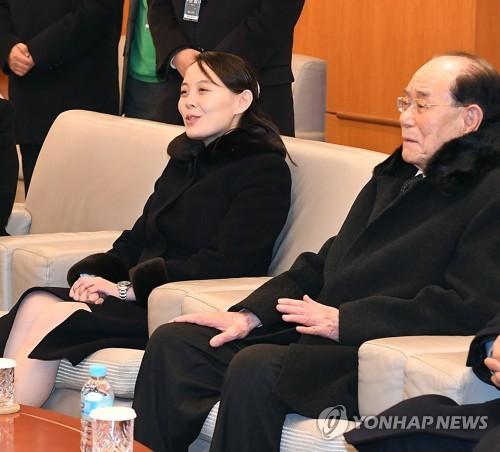2月11日晚,在仁川机场,金与正(左)和金永南在飞回朝鲜前与送行人员谈话。(韩联社)
