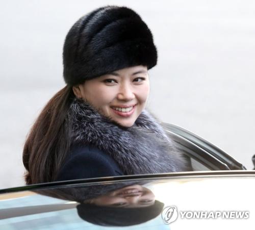 2月12日,在首尔一家酒店,朝鲜三池渊管弦乐团团长玄松月准备乘车。玄松月率领的朝鲜庆冬奥艺术团当天上午由陆路返回朝鲜。(韩联社)