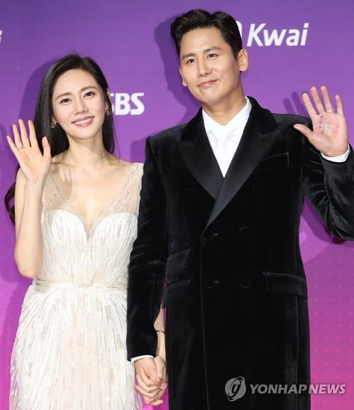 演员秋瓷炫(左)和于晓光(韩联社)