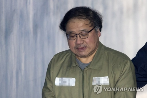 2月13日下午,在首尔瑞草区的首尔中央地方法院,青瓦台前首席秘书安钟范走向法庭接受一审判决。(韩联社)