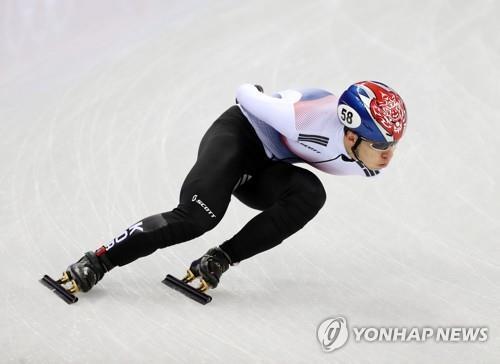 韩国选手黄大宪在参加平昌冬奥会短道速滑男子1000米预赛。(韩联社)