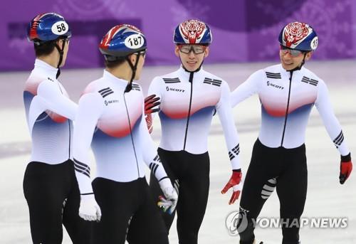 预赛结束后,韩国队4名选手相视而笑。(韩联社)
