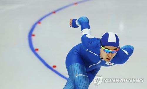 2月13日晚,在江陵短道速滑馆,韩国选手金民锡在2018平昌冬奥速滑男子1500米决赛中奋力疾驰。(韩联社)