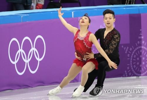 韩国双人滑选手金奎�、甘强灿进行短节目表演。(韩联社)