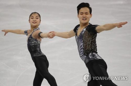 朝鲜选手廉黛玉(左)、金主植正在进行短节目表演。(韩联社)