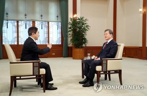 资料图片:2017年12月12日,在韩国青瓦台,韩国总统文在寅接受CCTV专访。(韩联社/青瓦台提供)