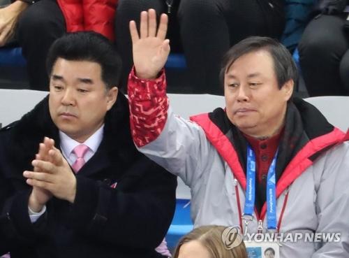 2月14日,在江陵冰上运动场,韩国文化体育观光部长官都钟焕(右)和朝鲜体育相金日国共同观赛。(韩联社)