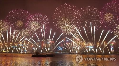 资料图片:2018年香港维多利亚港新年烟花秀(韩联社)