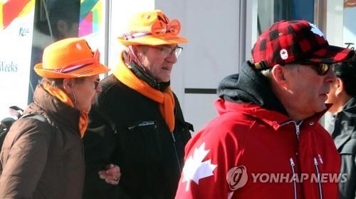 资料图片:平昌冬奥会期间来韩旅游的外国游客(韩联社)