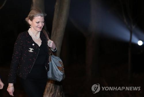2月23日下午,白宫国家安全委员会韩半岛事务助理艾莉森・胡克走进青瓦台出席文在寅主办的晚宴。(韩联社)
