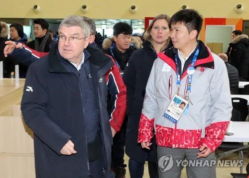资料图片:韩籍国际奥委会运动员委员柳承敏在奥运村接待奥委会主席巴赫。(韩联社)