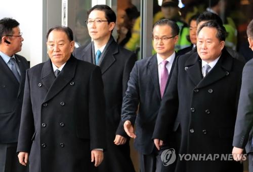 2月27日上午,在首尔华克山庄酒店,朝鲜劳动党中央委员会副委员长金英哲(左二)率领的朝鲜高级别代表团走出酒店,准备乘车返回朝鲜。右二为朝鲜祖国和平统一委员会委员长李权善。(韩联社)