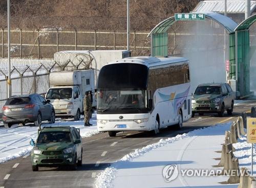 资料图片:1月25日,朝鲜冬奥先遣队一行乘坐的车辆由陆路南下抵韩。(韩联社/联合摄影采访团)
