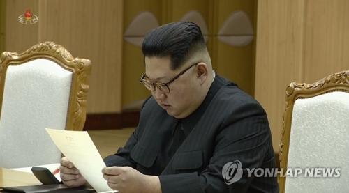 朝鲜央视3月6日公开了金正恩会见韩国总统特使团的现场视频。图为金正恩阅读文在寅亲笔信。图片仅限韩国国内使用,严禁转载复制。(韩联社/朝鲜央视)