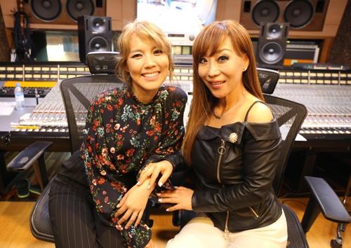 歌手素香(左)和女高音歌唱家曹秀美(韩联社/SMI娱乐提供)