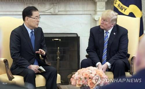 当地时间3月8日,在美国白宫,韩国青瓦台国家安保室室长郑义溶(左)与美国总统特朗普会面,介绍访朝成果。(韩联社/青瓦台提供)