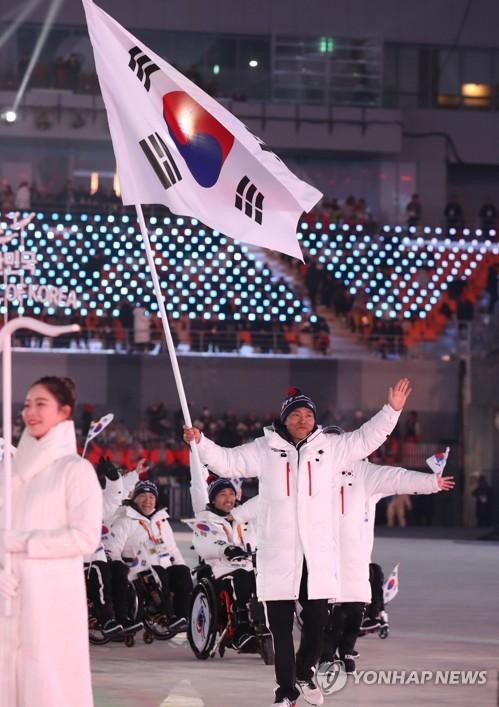3月9日,在平昌奥林匹克体育场举行的2018平昌冬残奥会上,韩国代表团正在入场。(韩联社)