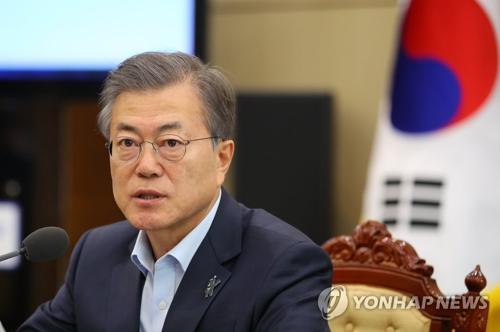 3月12日下午,在青瓦台,韩国总统文在寅主持首席秘书官和辅佐官会议并就近期韩朝关系发展情况发言。(韩联社)
