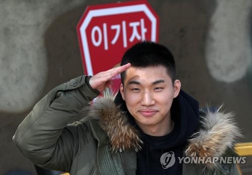 3月13日下午,在江原道华川郡,BIGBANG成员大成前往陆军第27师新兵教育队报到并向记者敬礼致意。大成将在接受为期5周的基础军训后作为现役军人服兵役。由此,除胜利以外,BIGBANG其余成员均已开始履行国防义务。(韩联社)