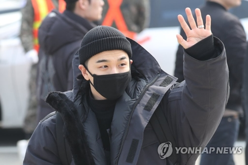 3月12日,在江原道铁原,BIGBANG成员太阳前往第6师新兵教育队现役入伍前向粉丝挥手致意。(韩联社)