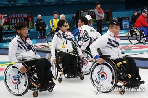 3月13日,在江陵冰球中心,韩国队在2018平昌冬残奥会轮椅冰壶小组循环赛中以11:7完胜芬兰队。(韩联社)
