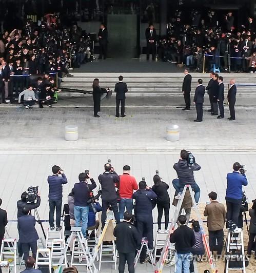 3月14日上午,在首尔市中央地方检察厅,韩国前总统李明博在以犯罪嫌疑人身份到案受讯前表态。(韩联社)